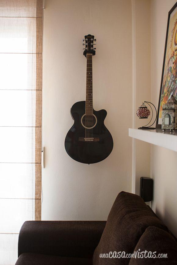 Guitarra colgada para decorar