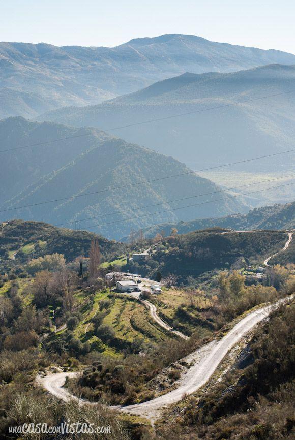 Carretera sinuosa entre montañas