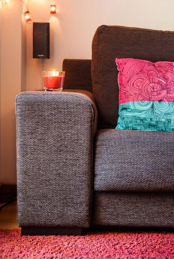 Sofá marrón con alfombra roja