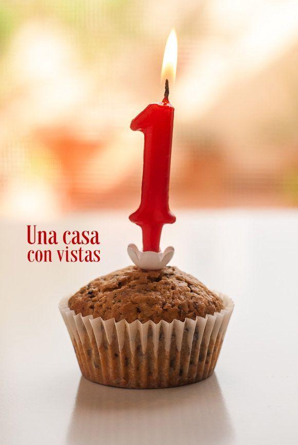 Muffin de chocolate con vela de aniversario