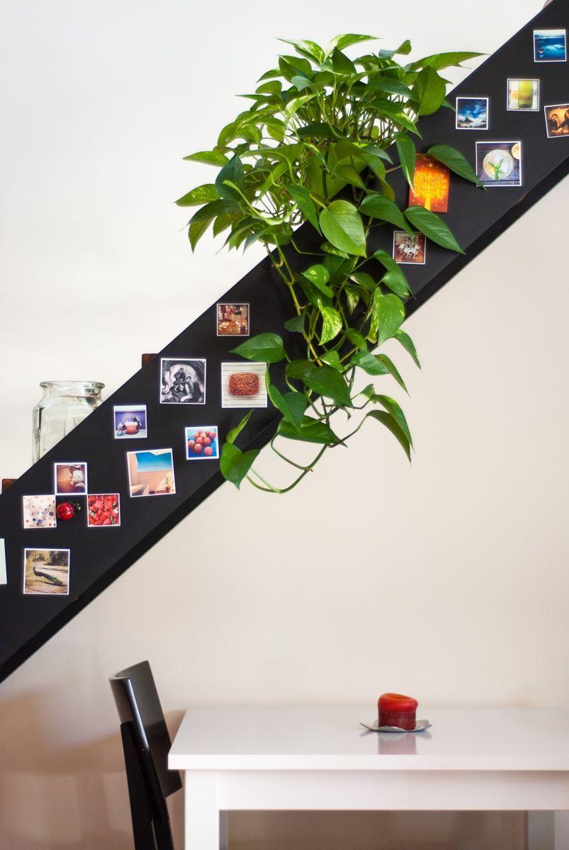 Escalera negra decorada con imanes de Instagram