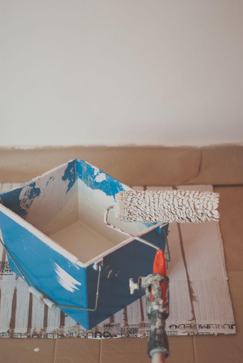 Rodillo y cubo de pintura
