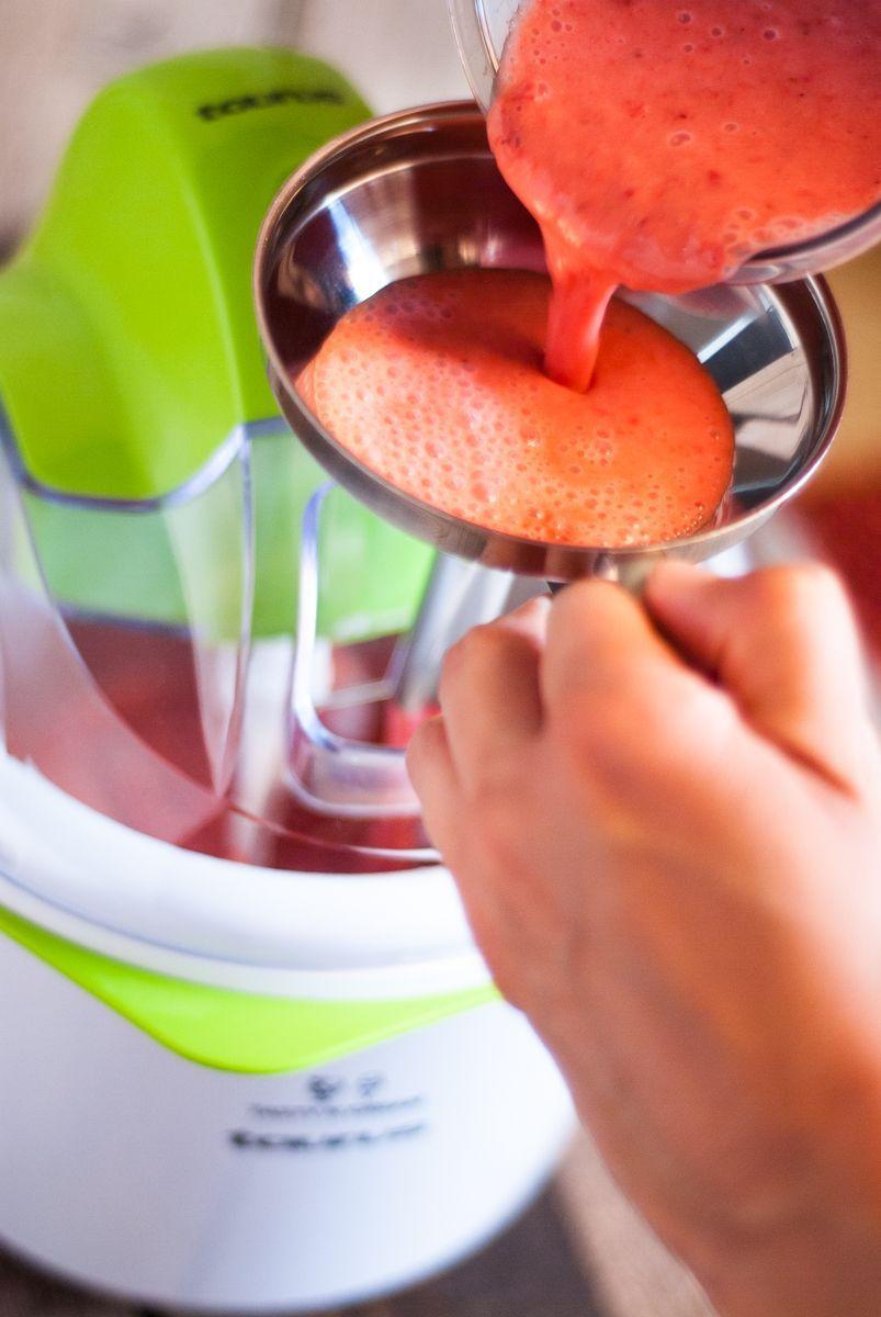 Echando la mezcla en la heladora