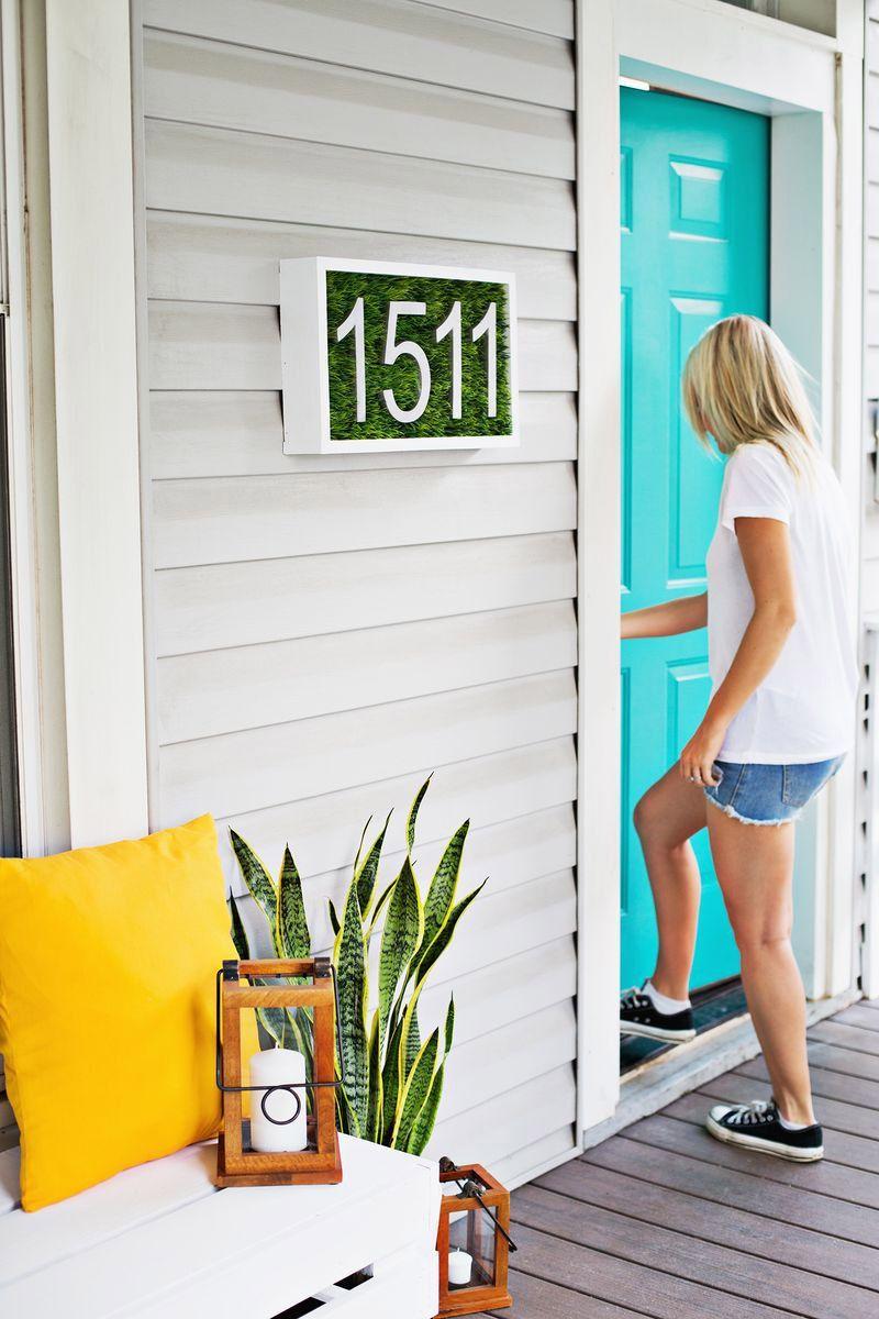 Número para puerta con césped
