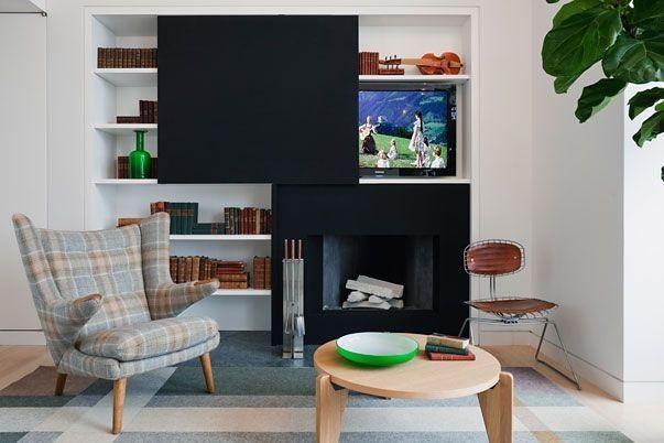 Tv escondida sobre una chimenea