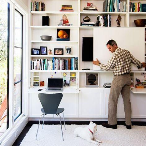 Tv escondida en una libreria