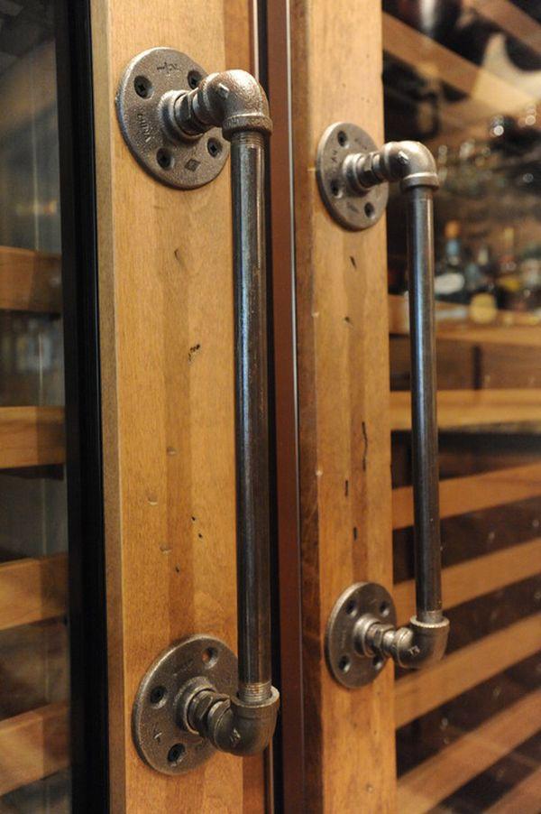 Tiradores de puerta hechos con tuberías