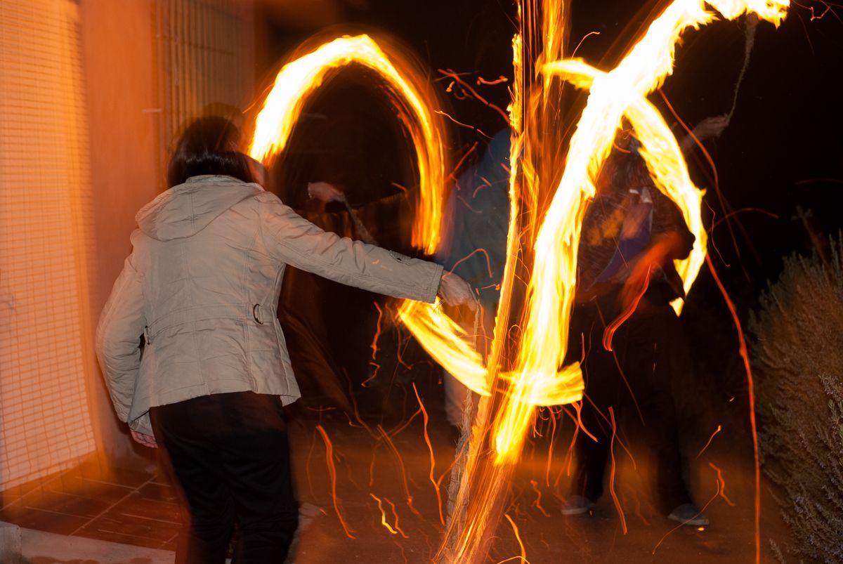 Hachos de esparto quemándose