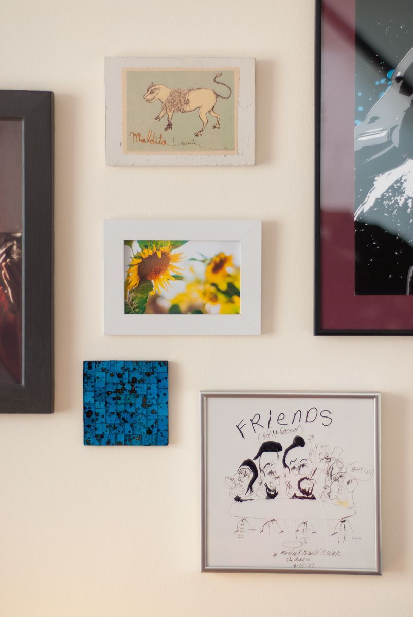 Pared decorada con cuadros