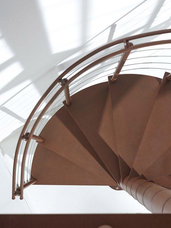 Escalera de caracol marrón