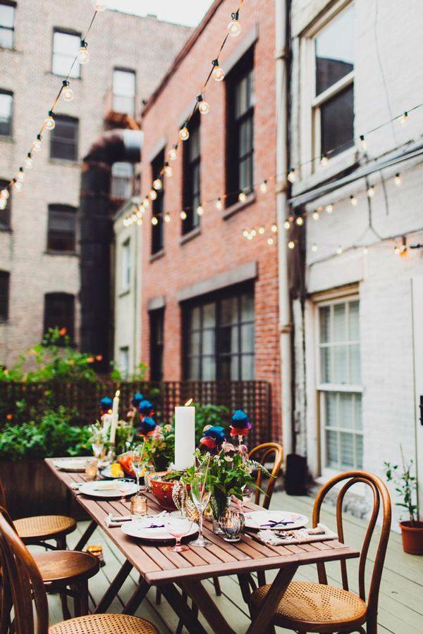 Terraza con guirnalda de bombillas