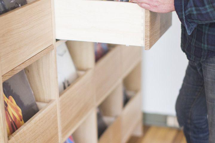 Mueble de madera con cajones para vinilos