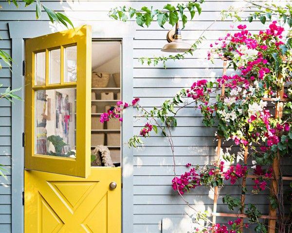 Casa con puerta doble amarilla