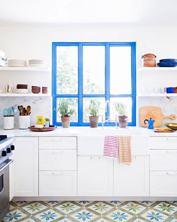 Cocina mediterránea con ventana azul