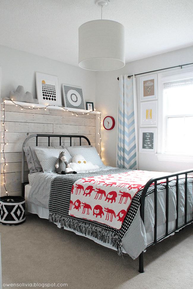 Dormitorio con cama de hierro restaurada