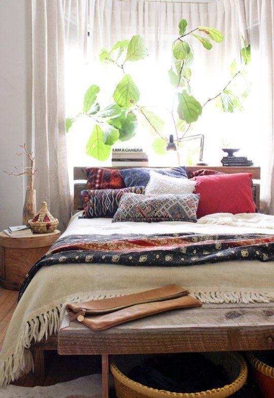 Dormitorio con ventana y planta sobre la cama