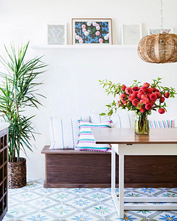 Salón comedor colorido con plantas