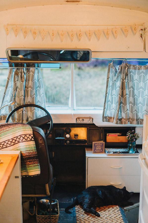 Autobús escolar convertido en acogedora vivienda