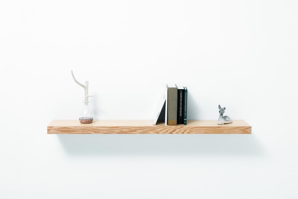 Estantería de madera con cajón