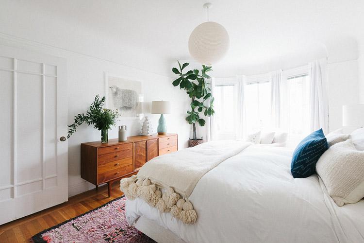 Dormitorio en tonos crudos con plantas