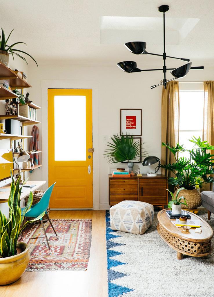 Salón colorido con plantas
