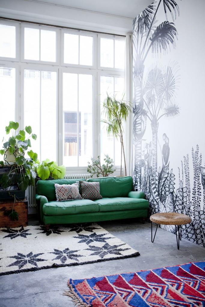 Salón con cristalera y plantas
