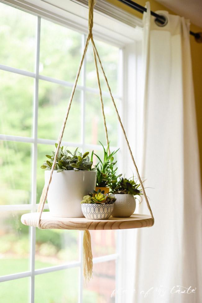 Estante colgante con plantas