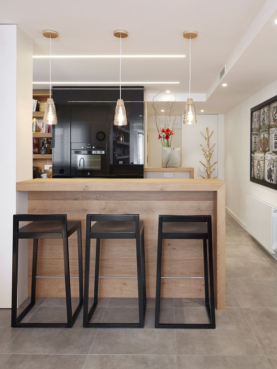 Barra de cocina con taburetes