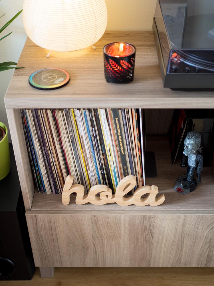 Aparador Ikea con vinilos para rincón musical