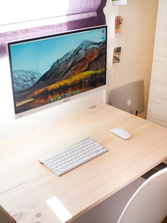 Escritorio con monitor flotante