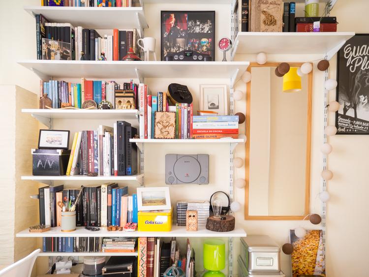 Habitación con estantería modular personalizada