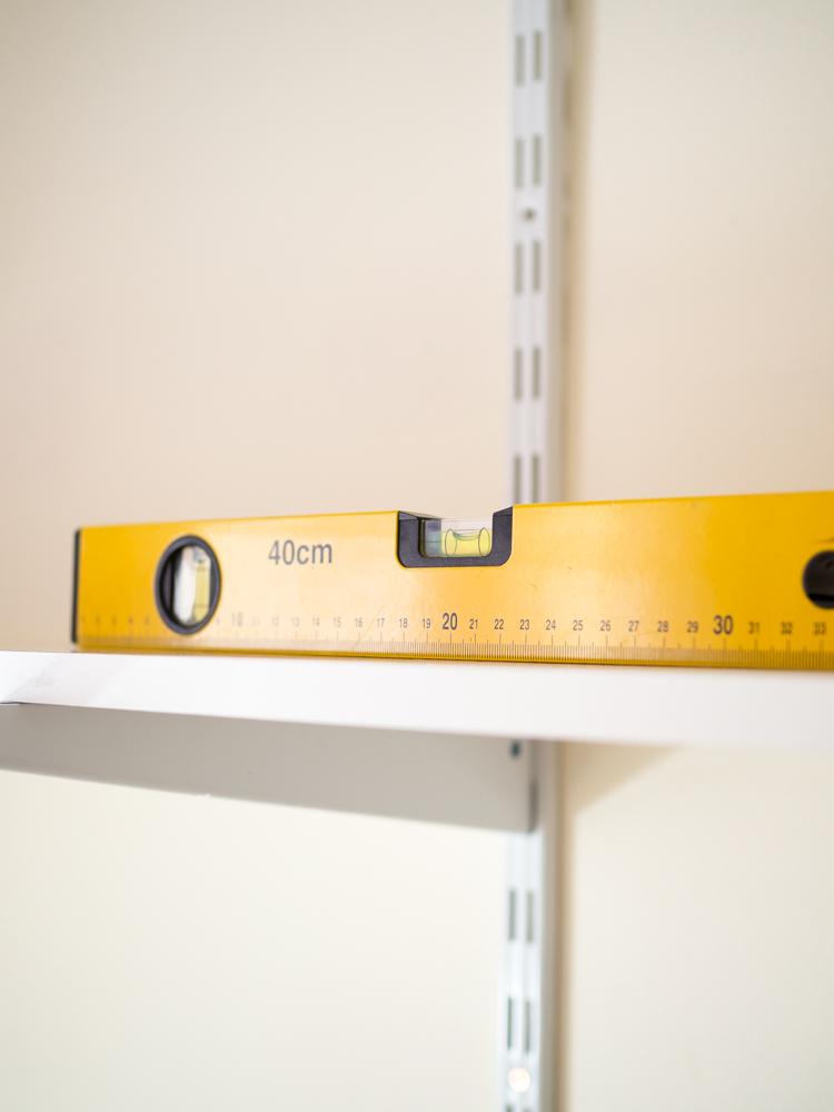 Instalando estantería personalizada con cremalleras