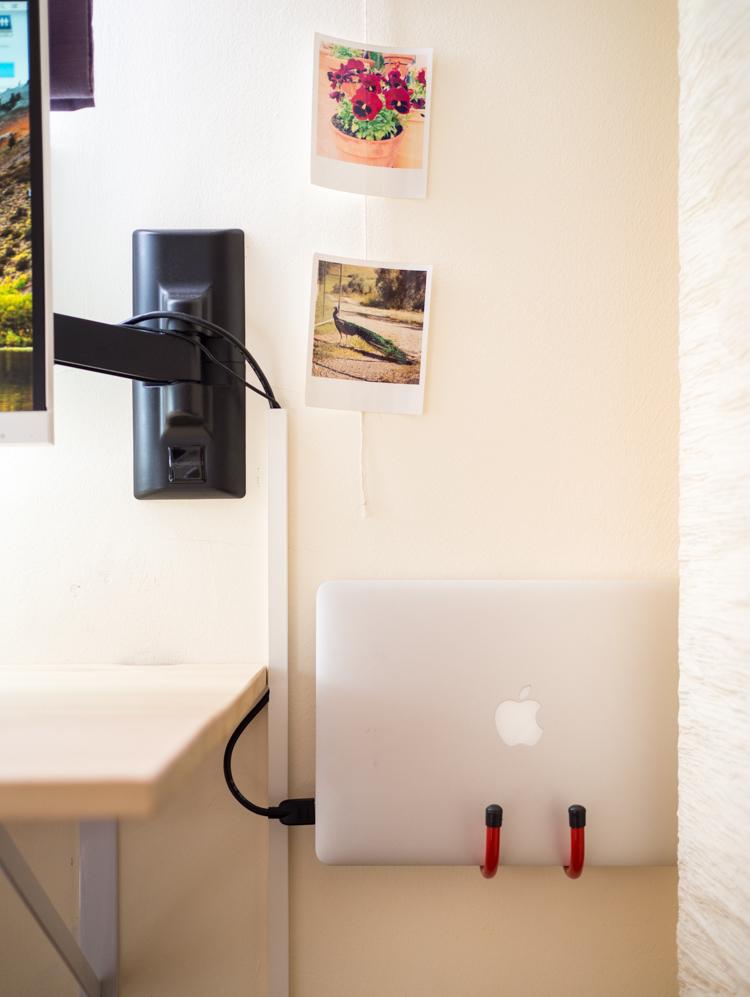 Portátil Macbook en soporte de pared
