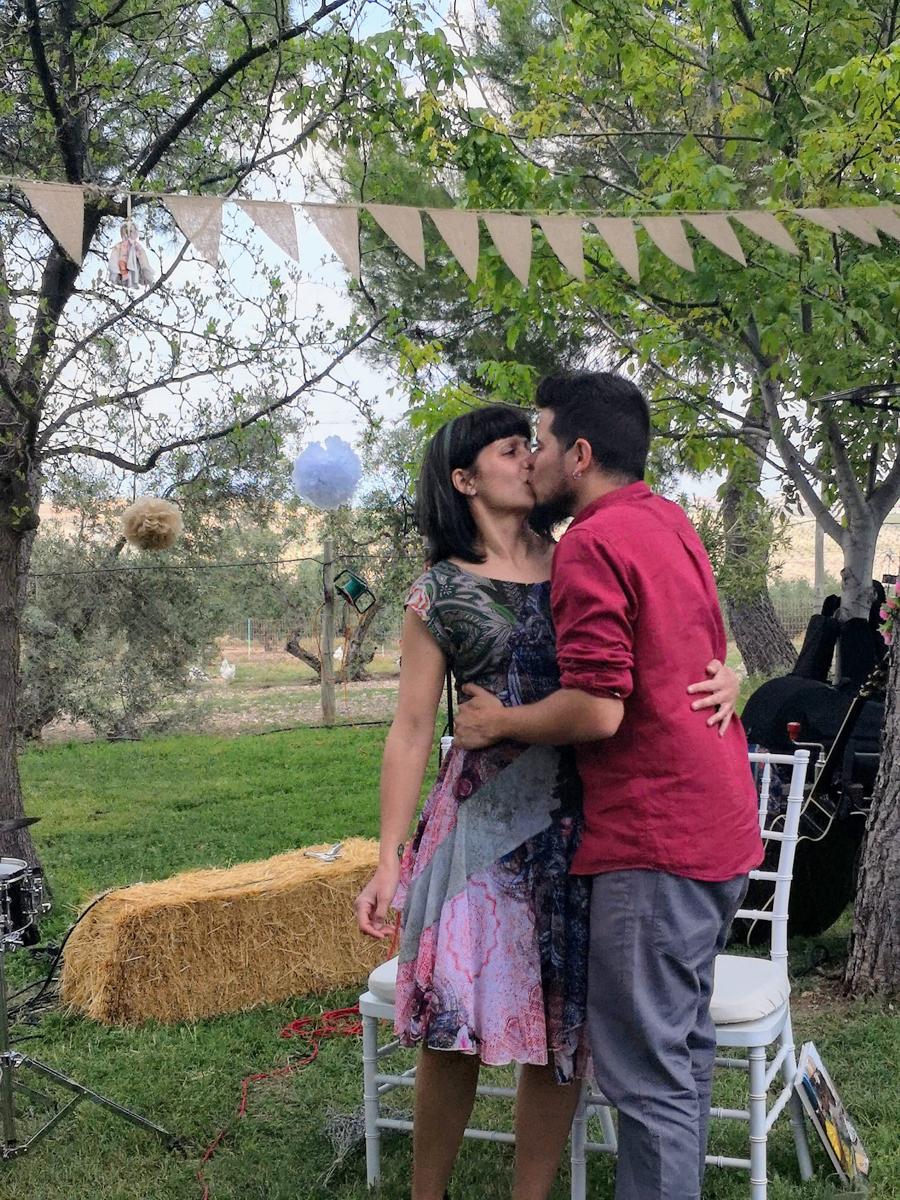 Beso boda en el campo