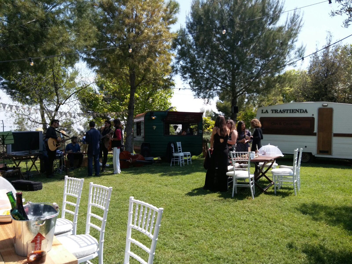 Jardín decorado para boda con foodtrucks