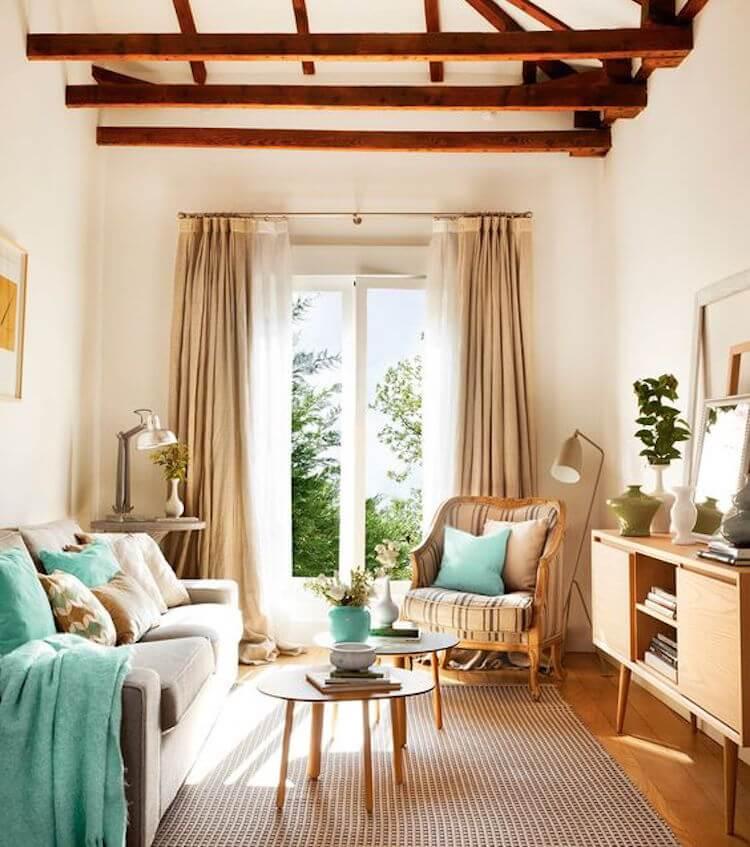 Salón pequeño con techo de madera