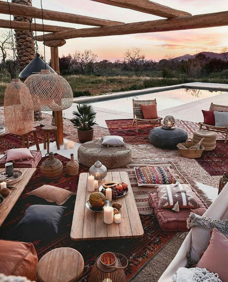 Jardín con alfombras y cojines
