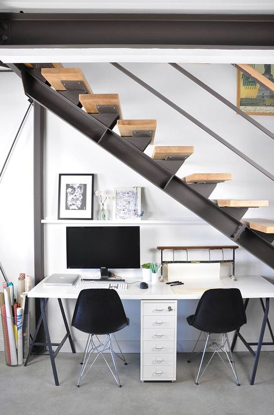 Espacio de trabajo bajo la escalera