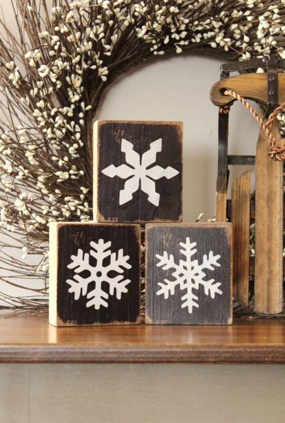 Maderas decoradas con copos de nieve