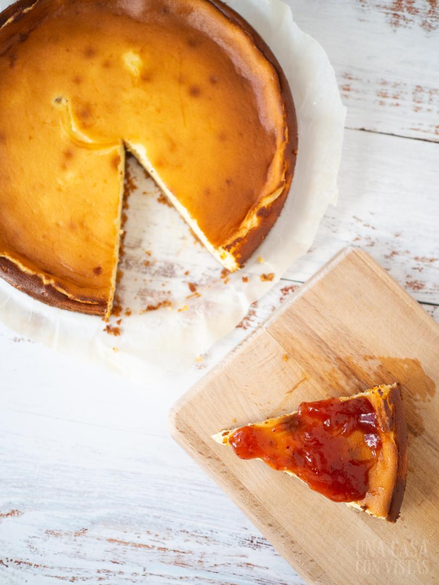Tarta de tres quesos con mermelada