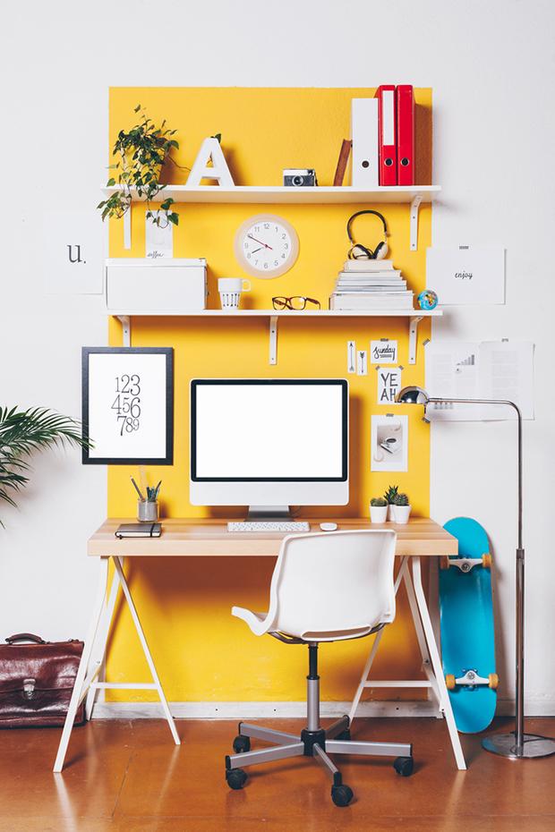 Espacio de trabajo con pared amarilla