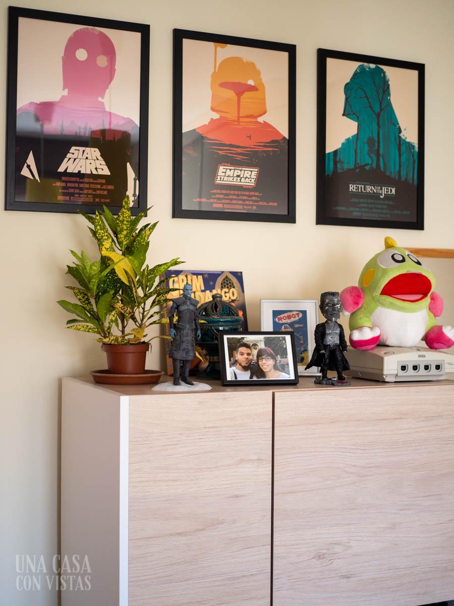 Mueble de madera con láminas de Star Wars