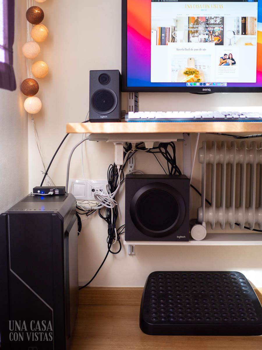 Organización de cables bajo mesa de trabajo
