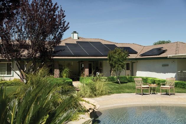 Casa con placas solares en el tejado