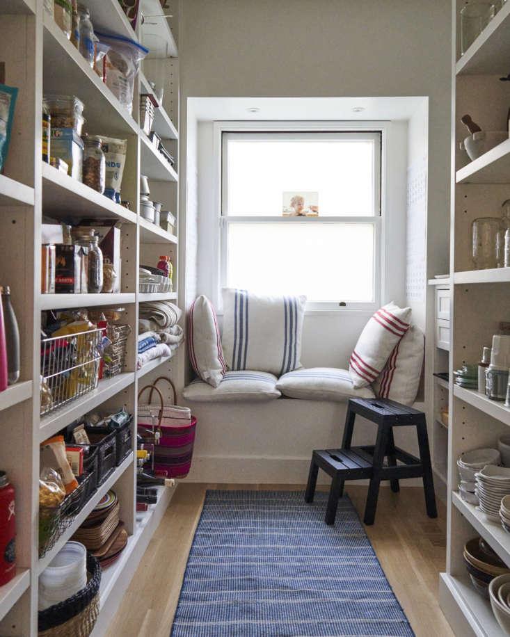 Despensa con ventana y sillón