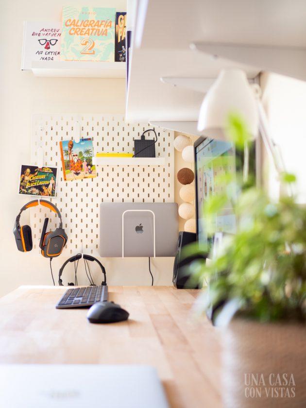 Espacio de trabajo con tablero de Ikea