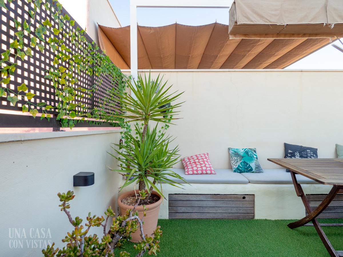 Rincón de terraza con césped artificial