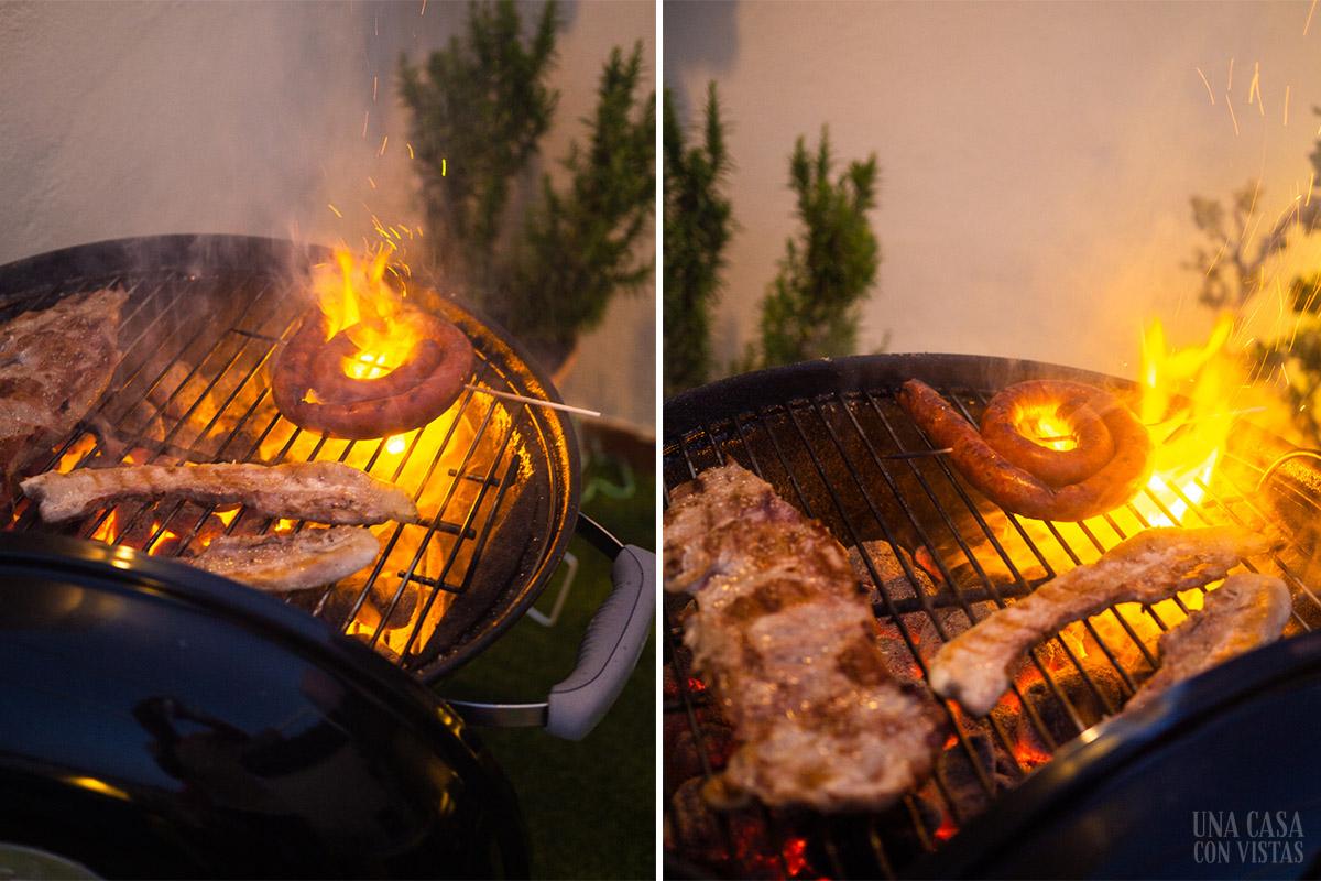 Cocinando carne en barbacoa Weber