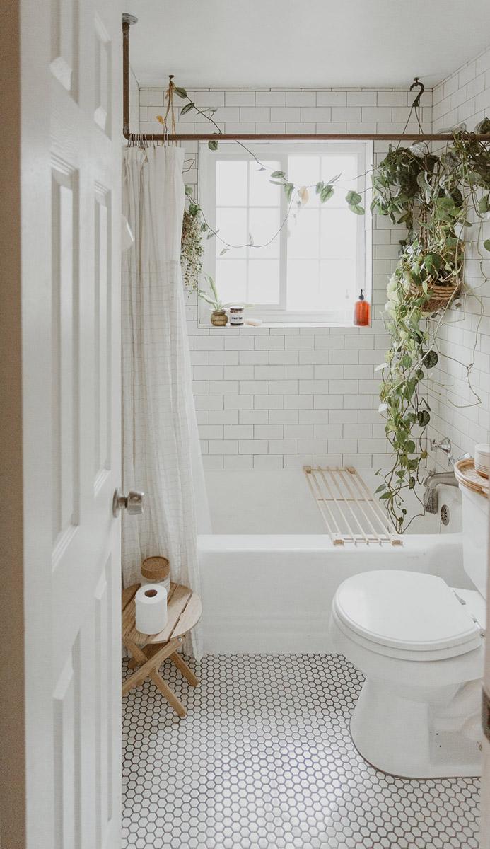 Baño pequeño y luminoso con bañera