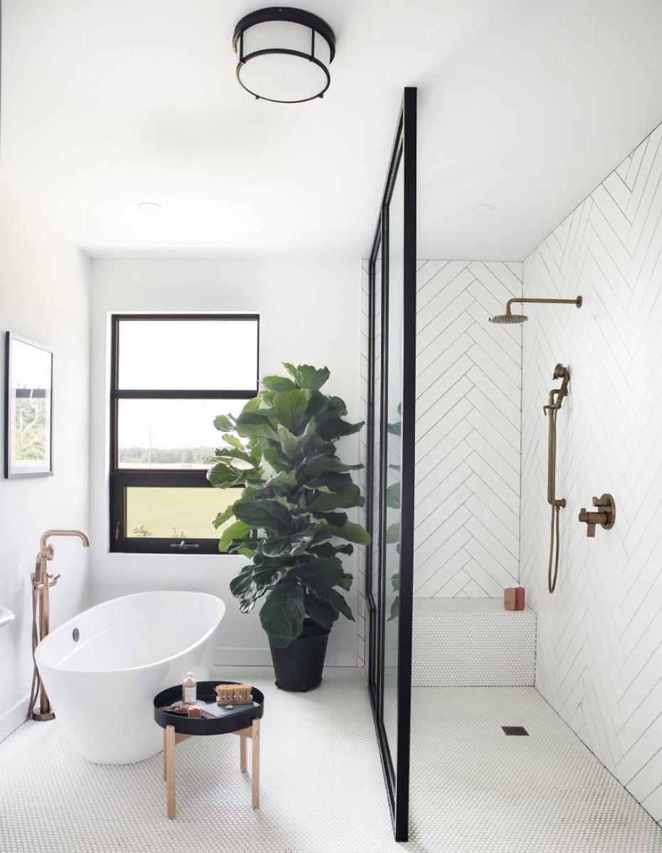 Baño amplio con bañera y ducha a ras de suelo